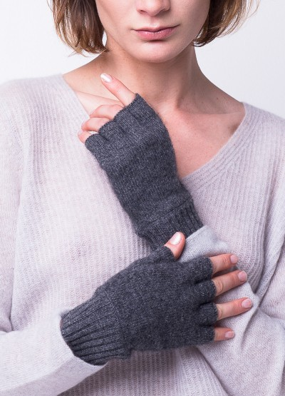 Classic fingerless gloves in grey